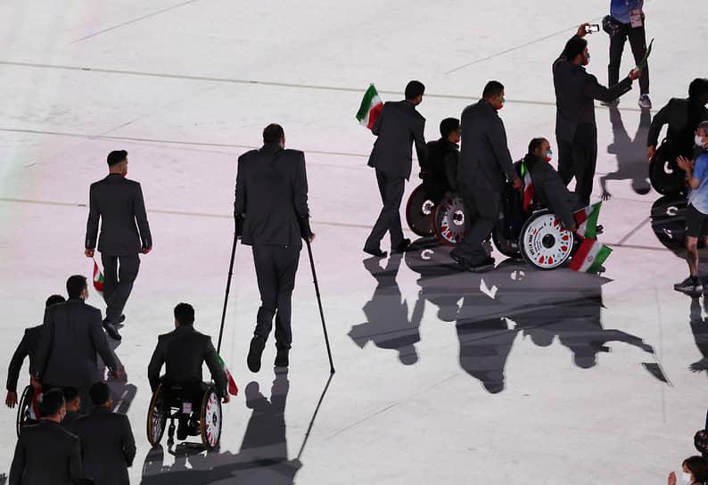 Первой на стадионе появилась команда беженцев, завершали парад сборные стран-хозяек будущих Паралимпиад — США и Франции, а также японские паралимпийцы.<br>На фото: паралимпийская команда Ирана