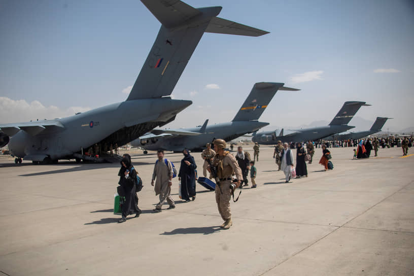 19 августа Еврокомиссия призвала страны Евросоюза расширить квоты на прием мигрантов <br>На фото: военнослужащие Великобритании эвакуируют афганских граждан
