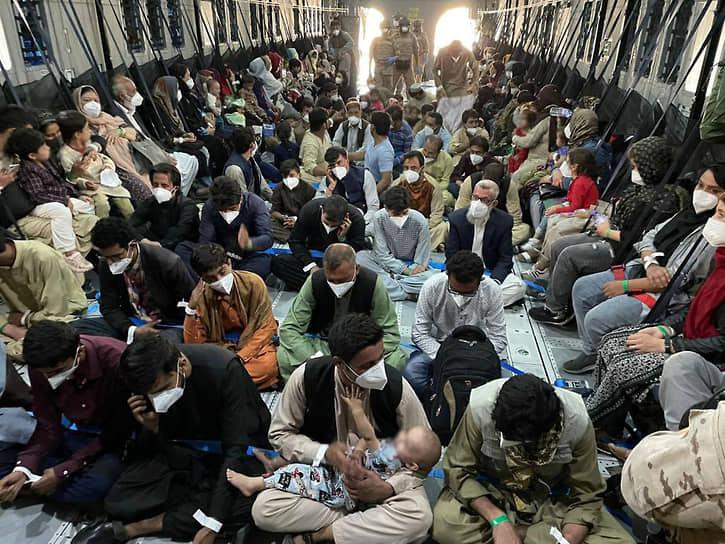Жители Афганистана на борту самолета