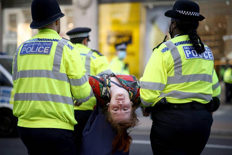 Лондон, Великобритания. Полицейские во время задержания на акции протеста