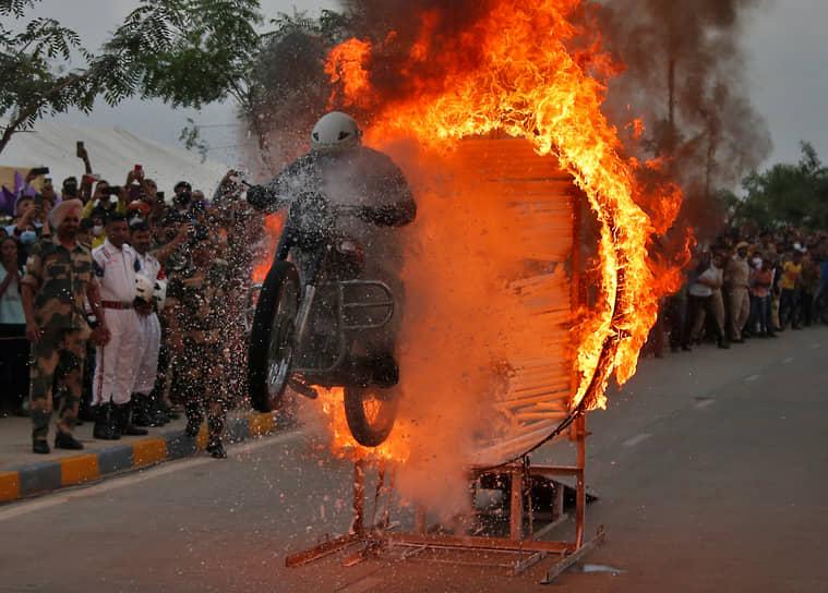 Ахмадабад, Индия. Военнослужащий выполняет трюк на шоу, посвященном Дню независимости республики