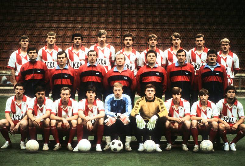 В 1984 году, заняв по итогам сезона последнее место, команда впервые покинула высшую лигу чемпионата страны. В 1987-м ЦСКА вернулся в высшую лигу, но по окончании чемпионата был вынужден вновь ее покинуть. В 1990 году команда (на фото), в очередной раз войдя в число участников высшей лиги первенства СССР, стала ее серебряным призером