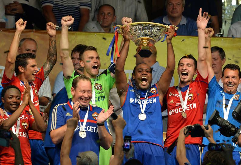 В 2013 году команда под руководством Леонида Слуцкого (на фото второй слева в нижнем ряду) совершила «золотой дубль», победив в чемпионате и Кубке России