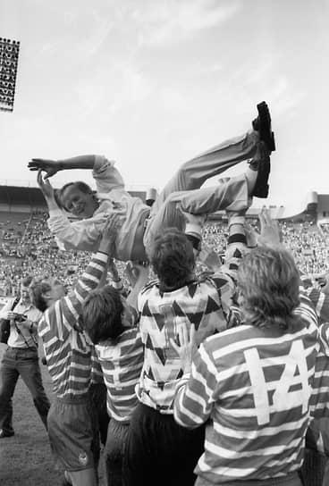 В 1991 году ЦСКА провел один из лучших сезонов в своей истории, победив в чемпионате и Кубке СССР.<br> На фото: Павел Садырин — тренер армейцев, после победы его команды в финале Кубка СССР