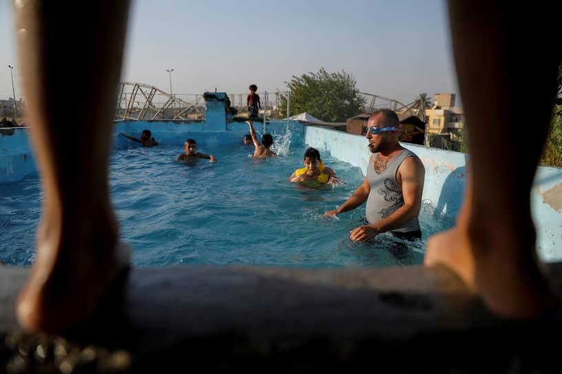 Мосул, Ирак. Тренировка по плаванию в бассейне