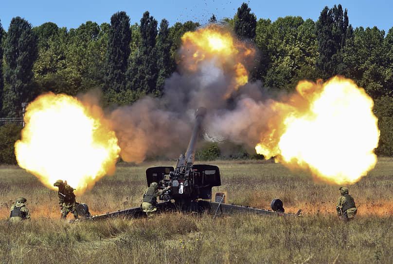 Симферополь, Россия. Демонстрация стрельбы из артиллерийских орудий на церемонии открытия Международного военно-технического форума «Армия-2021»