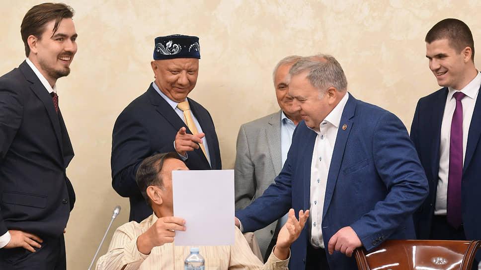Зампред комиссии ОП РФ по безопасности и взаимодействию с ОНК Михаил Аничкин (второй справа)