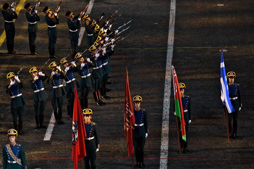 Первым на брусчатку Красной площади по традиции вышел президентский оркестр вместе с ротой специального караула Президентского полка