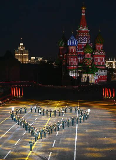 Об открытии фестиваля известили фанфара «Спасская башня» и барабанный бой в исполнении оркестра суворовцев Московского военно-музыкального училища