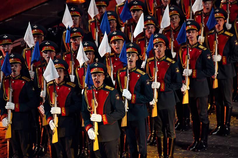 Военнослужащие роты почетного караула 154 отдельного комендантского Преображенского полка во время церемонии открытия фестиваля