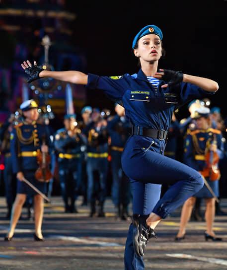 Участница сводного оркестра Воздушно-десантных войск России во время выступления