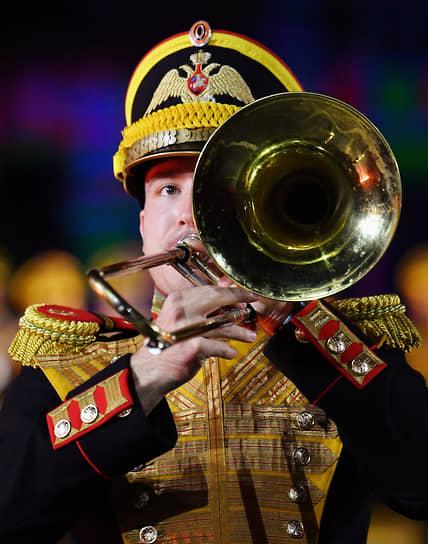 Музыкант центрального военного оркестра Министерства обороны России во время выступления