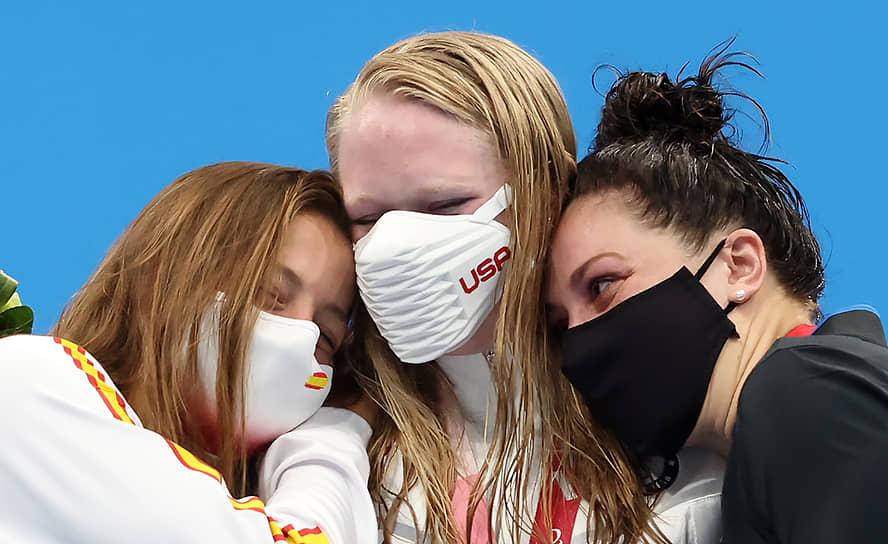 Токио, Япония. Слева направо: пловчихи Нурия Маркес Сото, Ханна Аспден и Софи Паско во время церемонии награждения на Паралимпийских играх