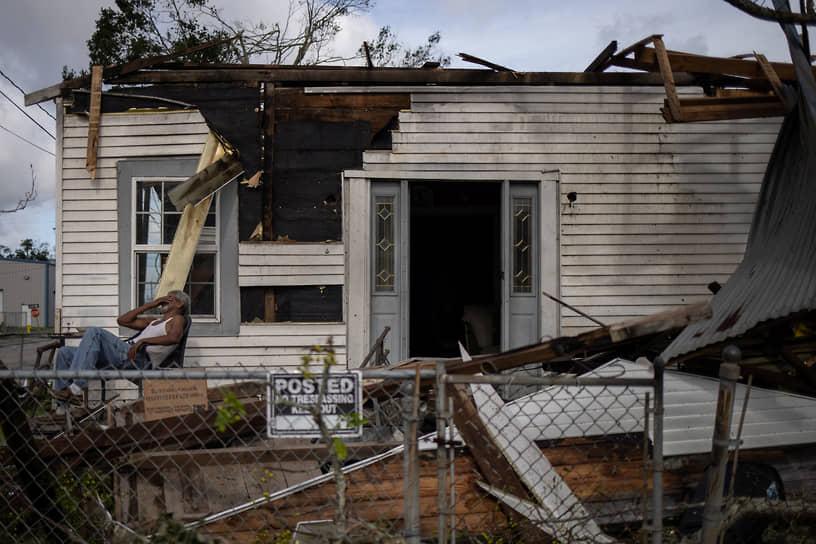 Луизиана, США. Мужчина плачет возле своего разрушенного из-за урагана дома