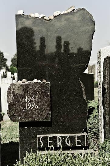«Ни один литератор не оставил добровольно своих творческих занятий. Среди технической интеллигенции дезертиров сколько угодно, но среди писателей их почти нет» <br>Сергей Довлатов умер 24 августа 1990 года от сердечной недостаточности и был похоронен в Нью-Йорке на кладбище «Маунт Хеброн». В 2014 году одна из улиц в нью-йоркском районе Куинс, где жил писатель, получила его имя