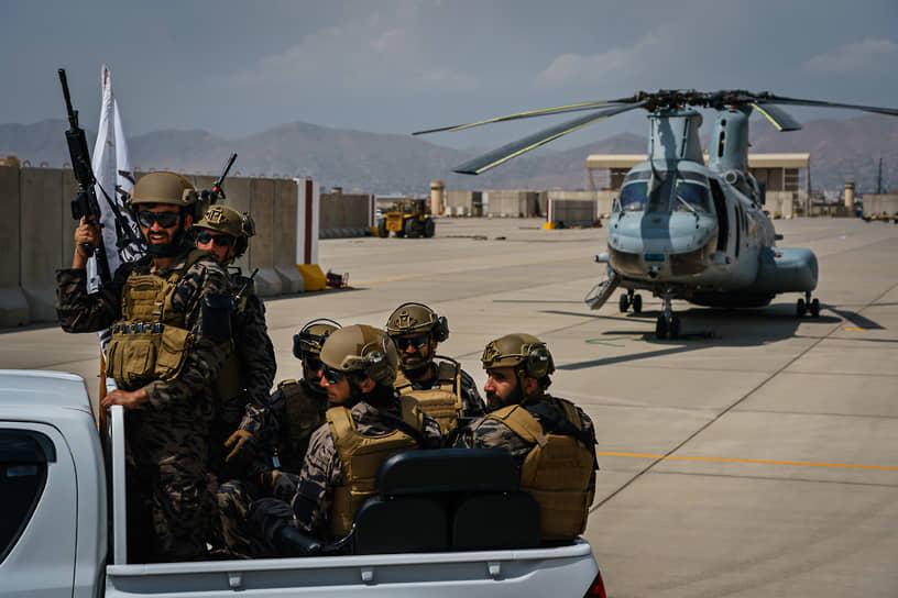 Боевики «Талибана» (запрещен в РФ) в обмундировании и с оружием, оставшимся после вывода американских войск