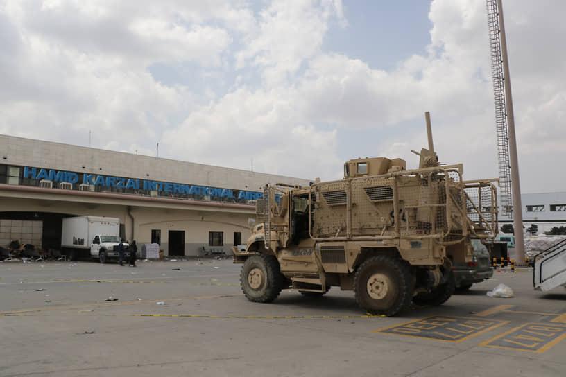 Бронеавтомобиль в аэропорту Кабула, перешедшего под контроль талибов