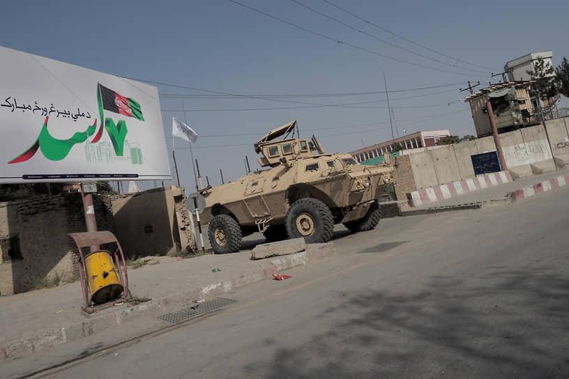 Брошенный американский бронеавтомобиль на улице Кабула