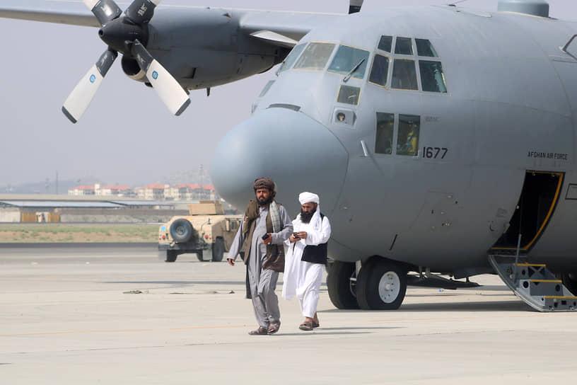 Талибы у оставленного военно-транспортного самолета в аэропорту Кабула