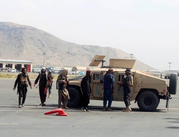 Талибы патрулируют аэропорт Кабула на трофейном военном внедорожнике Humvee