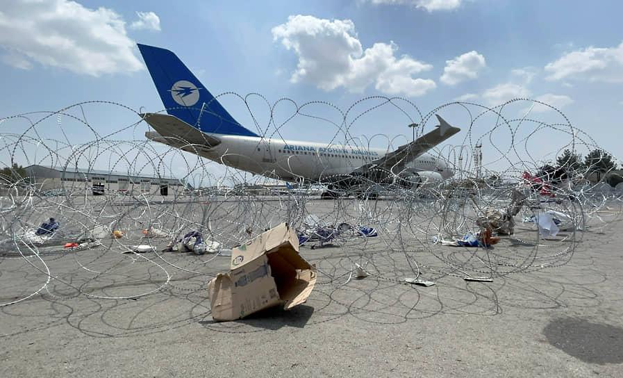Пассажирский самолет в аэропорту Кабула, перешедшего под контроль талибов