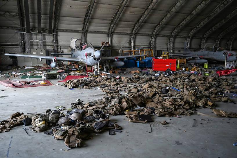 Захваченные талибами турбовинтовые штурмовики А-29 ВВС Афганистана и сотни бронежилетов внутри ангара в аэропорту Кабула