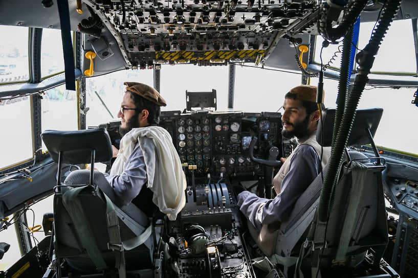 Талибы в кабине военно-транспортного самолета в аэропорту Кабула после того, как американские военные покинули Афганистан