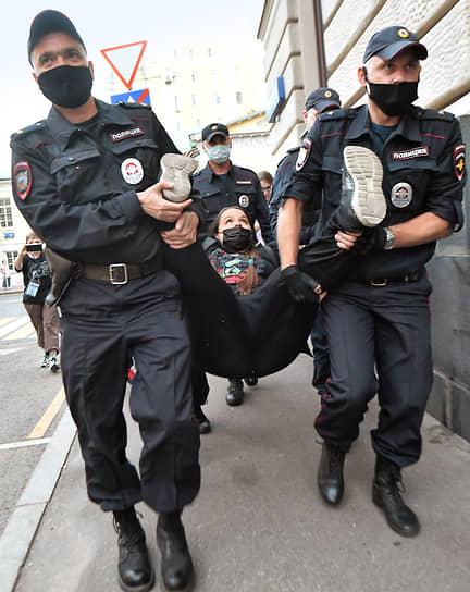 Москва. Акция солидарности с женщинами Афганистана у посольства