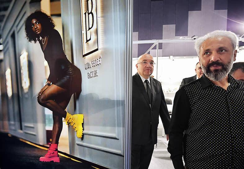 Москва. Посол Турции в России Мехмет Самсар (в центре) на выставке обуви Euro Shoes Premiere Collection