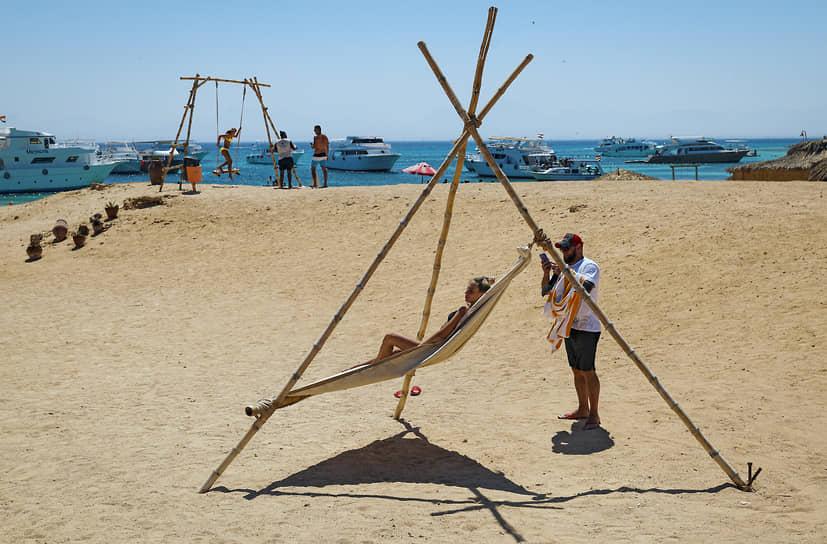 Египет. Отдыхающие на пляже