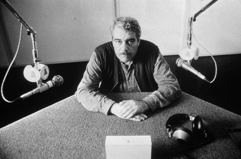 «Я не уверен, что считаю себя писателем. Я хотел бы считать себя рассказчиком. Это не одно и то же. Писатель занят серьезными проблемами — он пишет о том, во имя чего живут люди, как должны жить люди. А рассказчик пишет о том, как живут люди» <br>В 1972-1975 годах жил в Таллине, работал внештатным сотрудником газет «Советская Эстония» и «Вечерний Таллин». Журналистскую работу Довлатов позже описал в одном из самых известных своих сборников новелл «Компромисс». В Эстонии Довлатов готовил к выпуску свою первую книгу под общим названием «Городские рассказы», однако ее набор в издательстве «Ээсти Раамат» был уничтожен по указанию КГБ