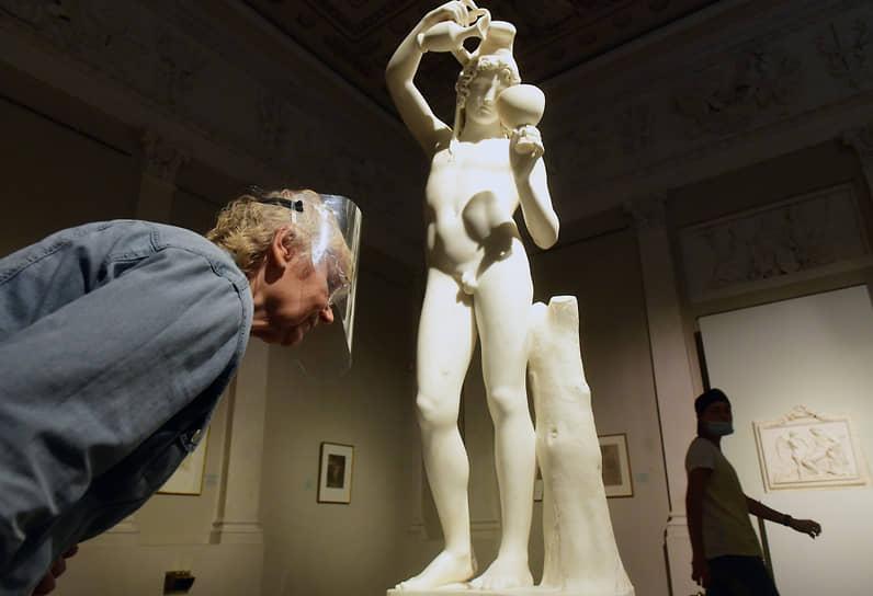 Санкт-Петербург. Посетители на выставке «Античный миф в творчестве Бертеля Торвальдсена» в «Эрмитаже»