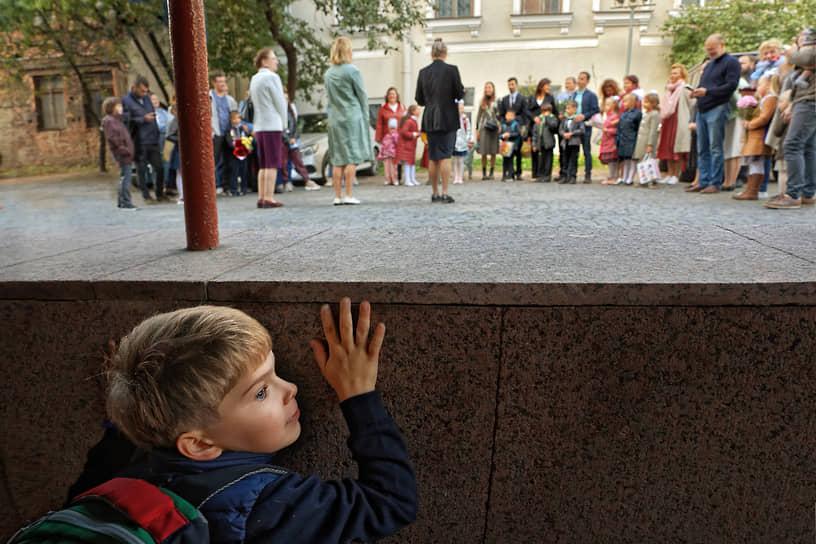 Санкт-Петербург. Торжественная линейка во дворе школы