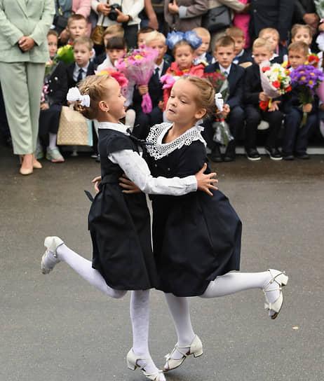 Подольск, Московская область. Выступление танцевального коллектива гимназии на линейке