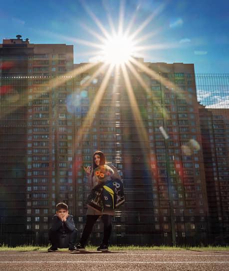 Санкт-Петербург, Россия. Мама с мальчиком перед началом торжественной линейки в школе