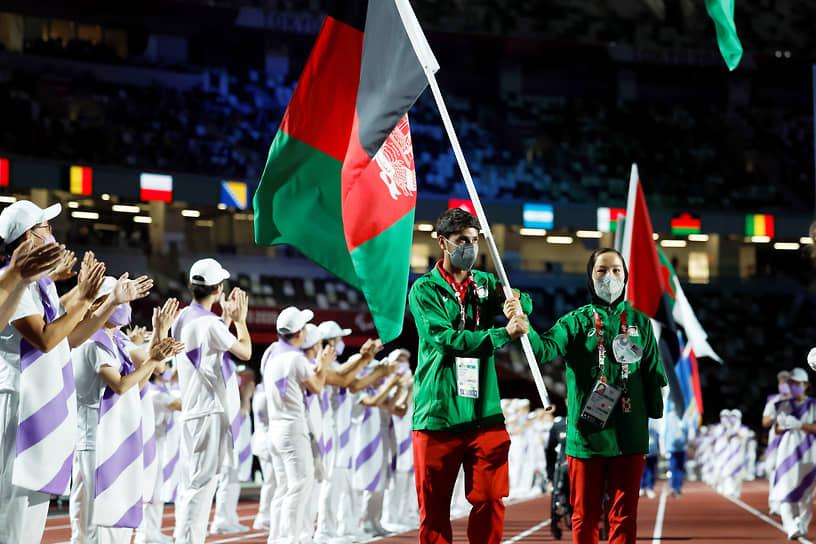 Афганский легкоатлет Хосейн Расули с флагом