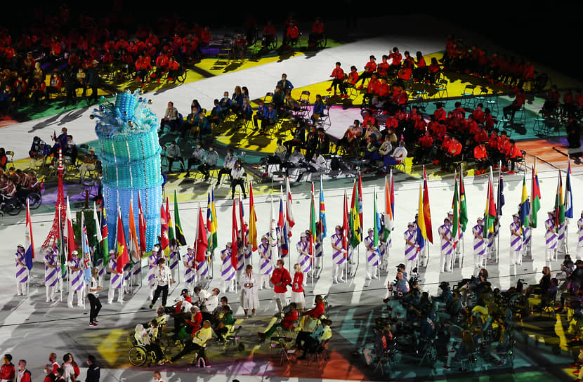 Знаменосцем российской команды стал пловец Роман Жданов, завоевавший на Паралимпиаде в Токио три золотые медали с мировым рекордом и две бронзовые награды