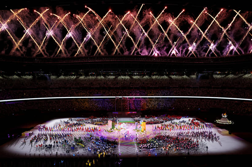 Фейерверк над Олимпийским стадионом в Токио