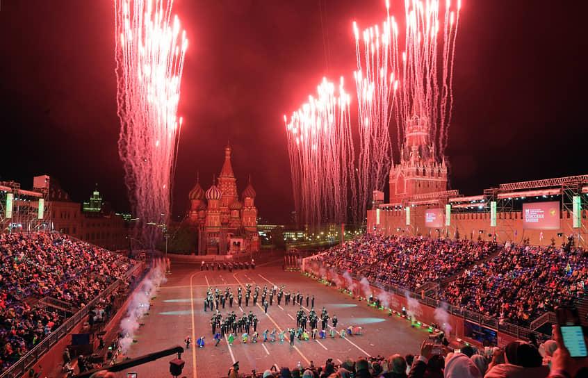 Праздничный салют во время церемонии закрытия фестиваля