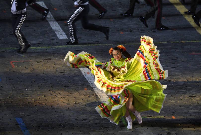 Выступление артистов и военного оркестра Министерства обороны Мексики