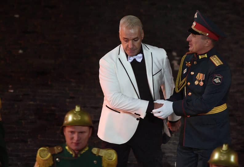 Лидер немецкой группы Rammstein Тилль Линдеманн (в центре)