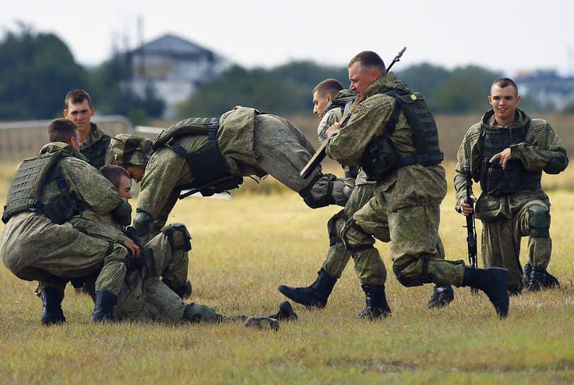 Демонстрации участниками форума приемов рукопашного боя