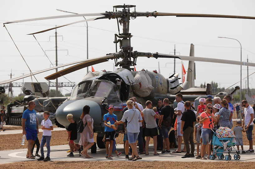 Зрители во время осмотра военной техники