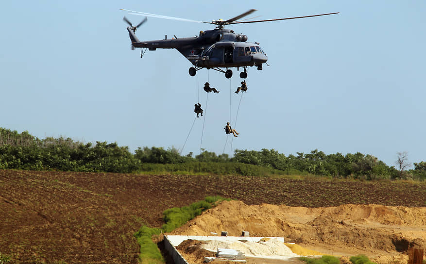 Динамический показ техники и вооружений округа в парке «Патриот» — высадка десанта с вертолета