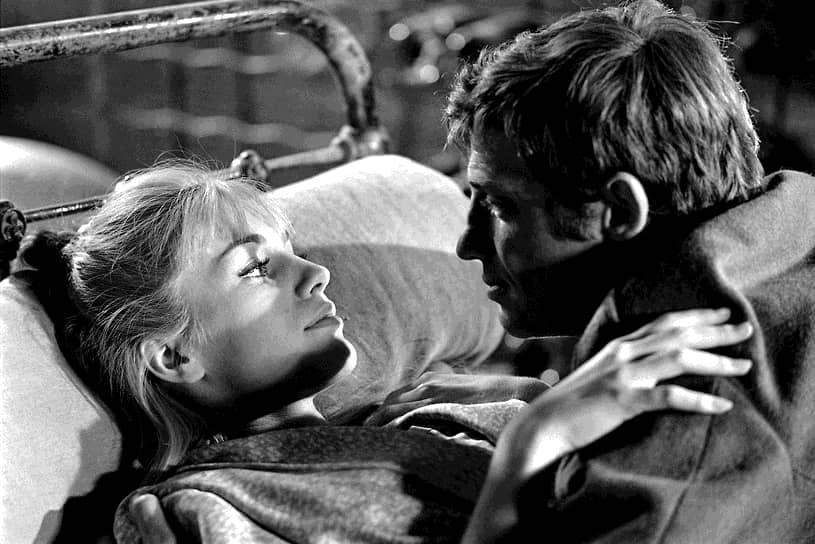 В том же году сыграл с Софи Лорен в киноленте «Чочара», а в 1961 году в еще одном фильме Жан-Люка Годара «Женщина есть женщина». Затем последовали такие картины, как «Человек из Рио» (1964), «Вор» (1967), «Сирена с Миссисипи» (1969), «Великолепный» (1973), «Чудовище» (1977), «Ас из асов» (1981) <br>На фото: кадр из фильма «Уикенд на берегу океана» (1964)