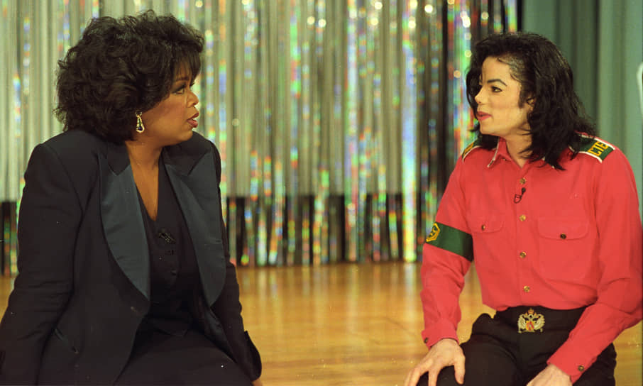«Самое худшее – это доказывать человеку, что он никто и ничего не значит. В каждом своем интервью я делаю обратное, показываю людям, что они значимы в этом мире, и могут изменить многое» <br>Harpo Entertainment Group быстро превратилась в конгломерат индустрии развлечений и начала выпускать как ежедневное ток-шоу, так и художественные фильмы и телефильмы. Эпизод шоу с Майклом Джексоном (кадр на фото), снятый в 1993 году, вошел в число самых рейтинговых за всю историю существования американского ТВ, его посмотрело более 90 млн телезрителей
