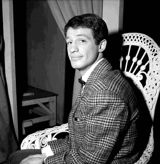Жан-Поль Бельмондо родился 9 апреля 1933 года в парижском пригороде Нёйи-сюр-Сен в семье скульптора Поля Бельмондо и художницы Сары Мадлен Рейно-Ричард. В школе увлекался футболом и боксом. В 19 лет стал чемпионом Парижа по боксу в полусреднем весе и попал в сборную Франции, но в итоге решил стать актером