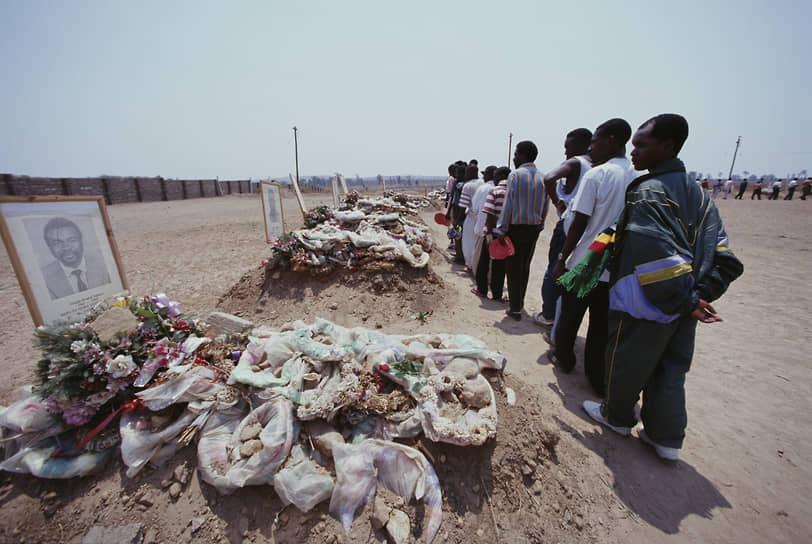 В апреле 1993 года самолет DHC-5 ВВС Замбии, перевозивший национальную футбольную команду страны на отборочный матч чемпионата мира в Дакаре, рухнул в районе Габона. Погибли все 30 человек, находившихся на борту, включая 18 игроков и главного тренера команды