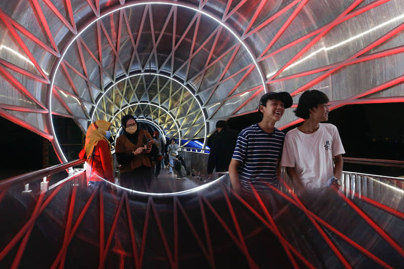 Джакарта, Индонезия. Прохожие на мосту