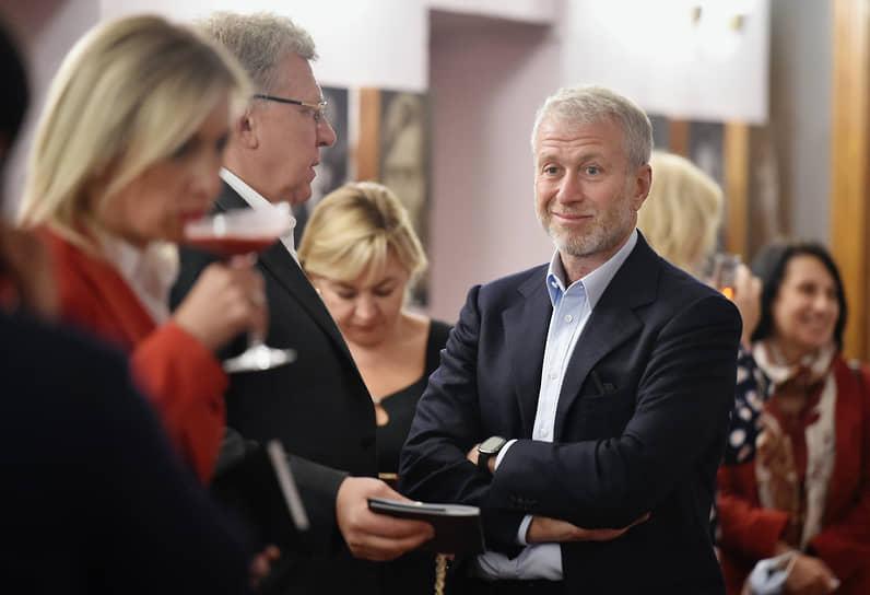 Бизнесмен Роман Абрамович (в центре) перед началом спектакля «Шут. Шахерезада»
